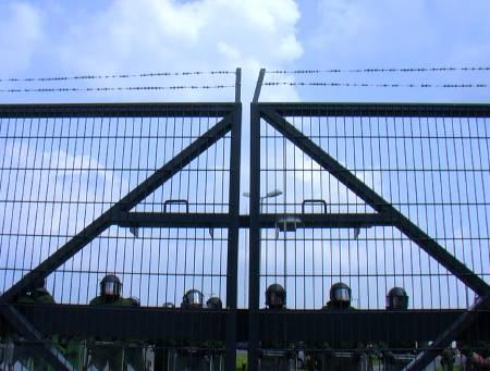Polizei am Zaun